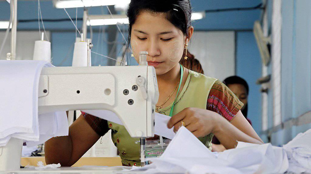 Die Arbeiter in der Textilindustrie in Myanmar fordern höhere Mindestlöhne: Pro Tag erhalten sie derzeit rund 2.60 Franken.