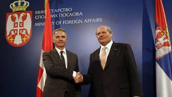 Bundesrat Didier Burkhalter (l.) und Serbiens Aussenminister Ivan Mrkic