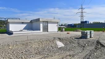 Die letzten Arbeiten am neuen Grundwasserpumpwerk Aarenfeld in Gretzenbach stehen noch an − bald beginnen die Umgebungsarbeiten.