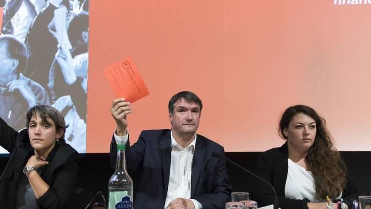 SP-Parteipräsident Christian Levrat und Rebekka Wyler, Co-Generalsekretärin stimmen an der ausserordentlichen Delegiertenversammlung für das Bundesgesetz über die Steuerreform und die AHV-Finanzierung. Juso-Präsidentin Tamara Funiciello hatte sich zuvor dagegen geäussert.