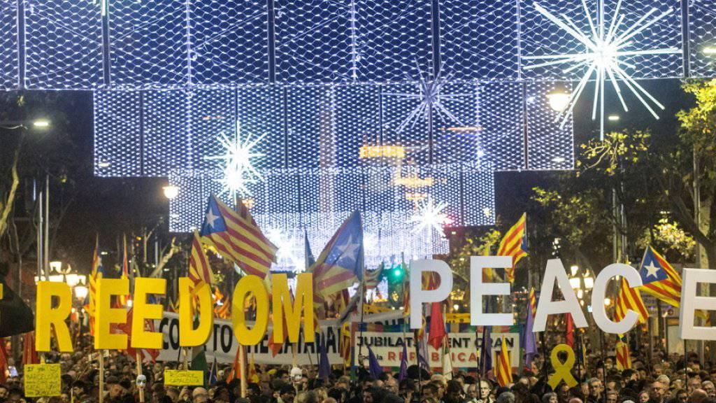 Inmitten der protestierenden Menge am Freitagabend in Barcelona wurden mit riesigen Buchstaben die Worte «Freiheit» und «Frieden» gebildet.
