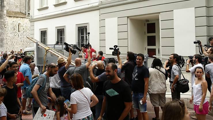 Schaulustige und Reporter vor dem Dalí-Museum - die Exhumierung fand allerdings abgeschottet von der Öffentlichkeit statt.