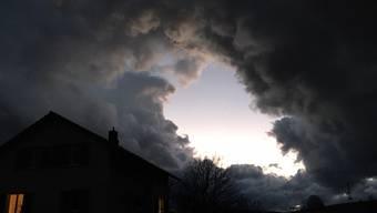 Bei stürmischem Wind und bei unheimlich schwarzbedecktem Wolkenhimmel öffnete sich aus Breitenbach in Richtung Laufen die Wolkendecke. Blauer Himmel war zusehen, begleitet vom Sturm und Schnee- und Graupelschauer. So was habe noch nie gesehen.
