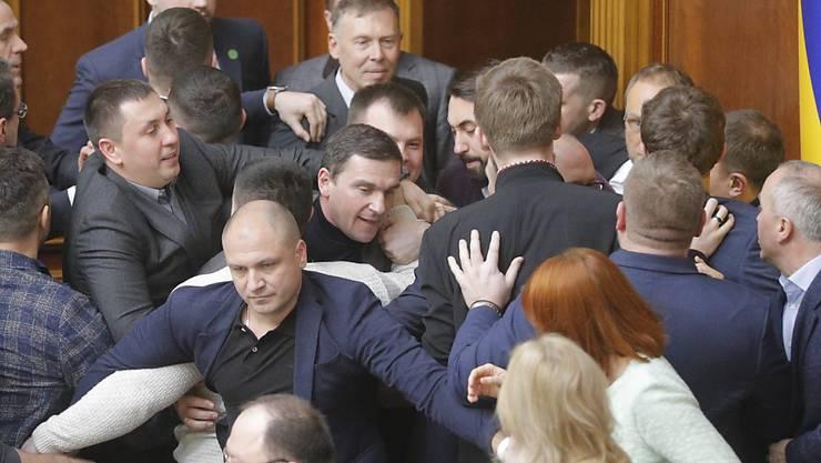 Oppositionsabgeordnete versuchten die Sitzung des ukrainischen Parlaments durch eine Besetzung des Präsidiums zu blockieren. Anlass waren Diskussionen über den umstrittenen Handel mit Agrarland.