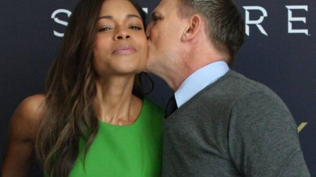 Wird in Indien nicht gern gesehen: «James Bond» Daniel Craig küsst «Miss Moneypenny» Naomie Harris (Archiv).