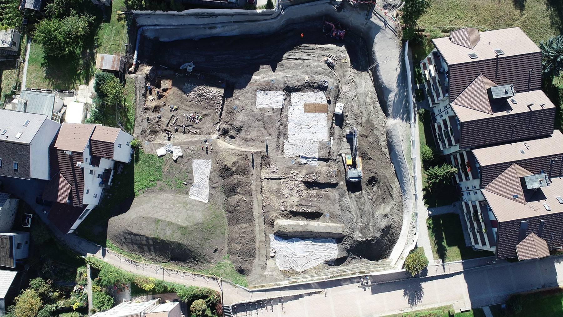 Übersicht über die archäologische Ausgrabung in Glis, die mehrere Gebäude aus der Römerzeit freigelegt hat.