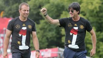 Hansi Flick (links) und Joachim Löw feiern gemeinsam den WM-Titel 2014.