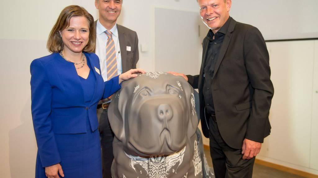 Keine Sorge, er beisst nicht: Nationalratspräsidentin Christa Markwalder, alt Nationalrat Alec von Graffenried und der Berner Gemeinderat Reto Nause präsentieren den «BernARTiner».