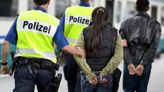 Die Zürcher Kantonspolizei hat mehrere Männer und Frauen verhaftet (Symbolbild)