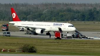 Die Crew der Trukish Airlines überwältigt den Passagier.
