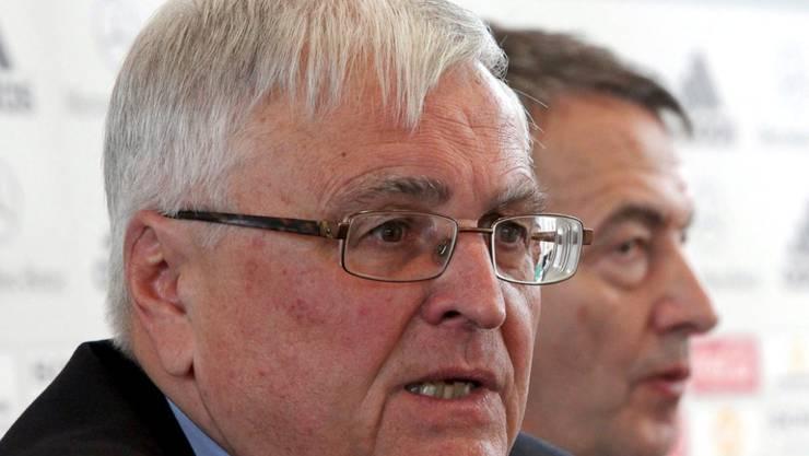 Der damalige DFB-Präsident Theo Zwanziger und -Generalsekretär Wolfgang Niersbach nehmen im Dezember 2011 an einer Pressekonferenz teil.
