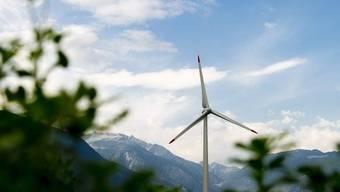 Eine Windturbine im Wallis (Archiv)