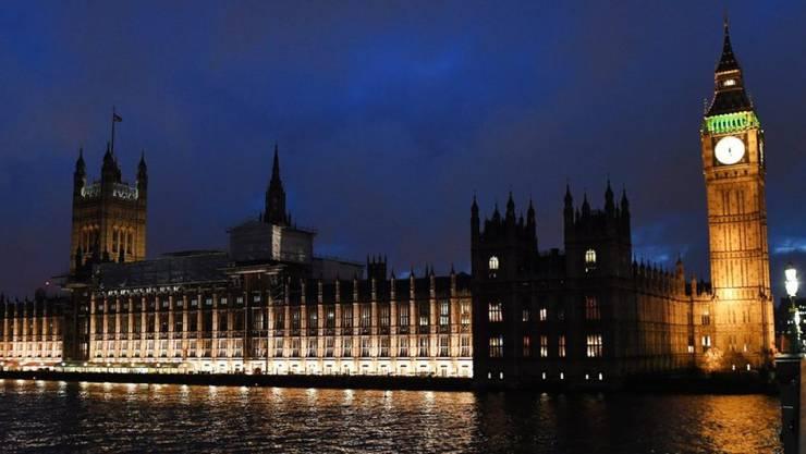 Das beleuchtete Parlamentsgebäude am Mittwochabend in London.
