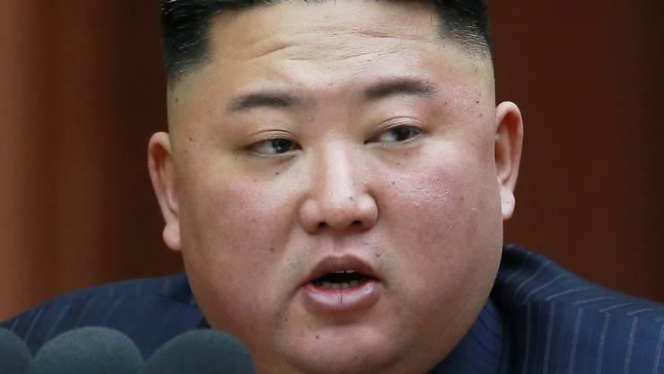 Schafft es, im Fokus der Weltmedien zu bleiben - und die Aufmerksamkeit der USA beziehungsweise von deren Präsident Trump zu binden: der nordkoreanische Despot Kim Jong Un. Welche von beiden Verhandlungsseiten im Atompoker es wirklich ernst meint. scheint schwer erkennbar.