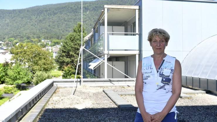 Sonja Leuenberger auf dem Dach der Küche, wo aufgestockt wird.
