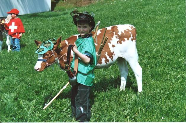 Schon 2006 führte Matthias Haller seine Kuh Arosa an der ersten Viehschau des grössten Aargauer Viehzuchtvereins vor. Damals war Arosa erst zwei Monate alt.