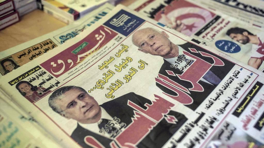 Kaïs Saïed (r) und Nabil Karoui, die beiden voraussichtlichen Wahlsieger, auf der Titelseite einer Zeitung am Montag.