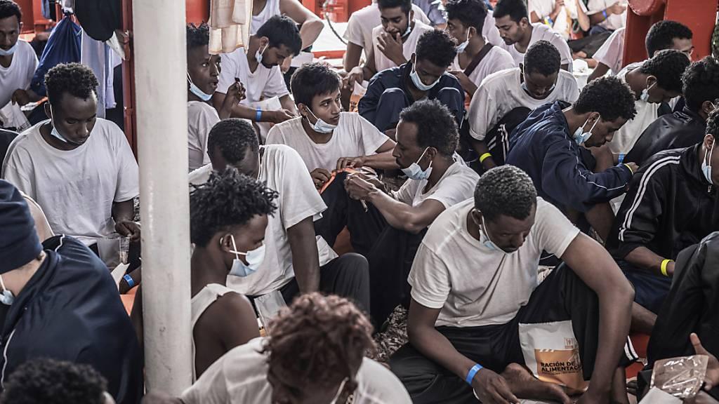 HANDOUT - Lebensmittel werden an Bord des Rettungsschiffs «Ocean Viking» an die Migranten verteilt. Foto: Flavio Gasperini/SOS Mediterranee/AP/dpa - ACHTUNG: Nur zur redaktionellen Verwendung im Zusammenhang mit der aktuellen Berichterstattung und nur mit vollständiger Nennung des vorstehenden Credits