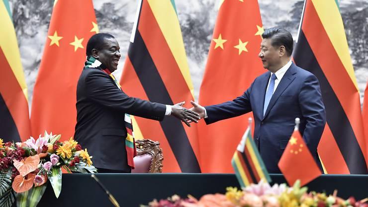 Der neue Präsident Simbabwes, Emmerson Mnangagwa (links) mit dem chinesischen Präsidenten Xi Jinping in Peking.
