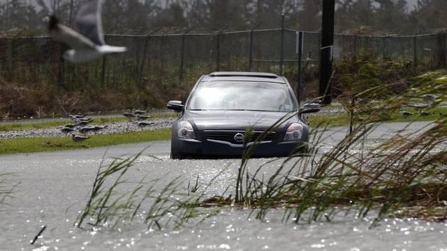 """Ein Auto wird Opfer der Überschwemmungen durch """"Isaac"""""""