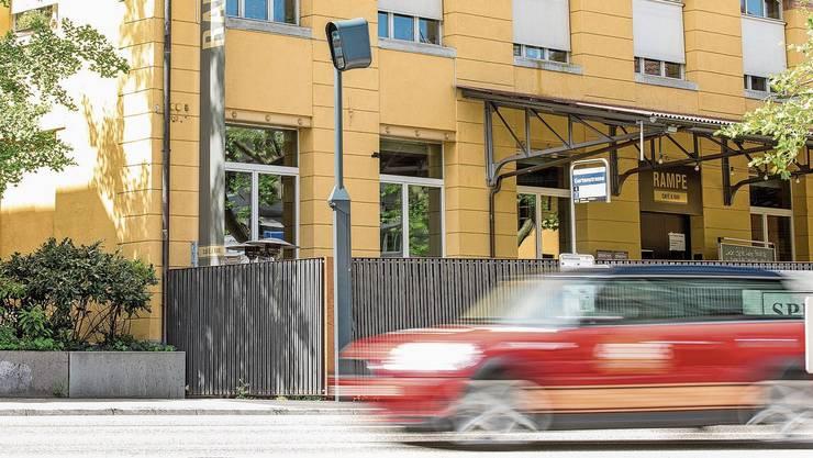 Der Blitzer, der Rotlichtmissachter auf der linken Spur in Richtung Bern/Zürich erfasst, ist noch nicht zertifiziert.
