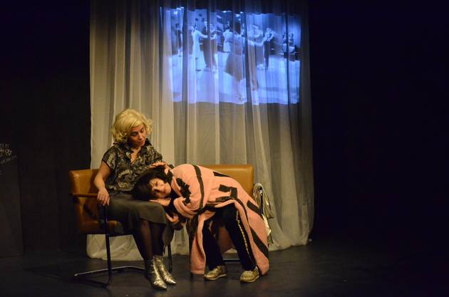 Dagny Gioulami und Eleni Haupt (r.) spielen Ursula und Erika
