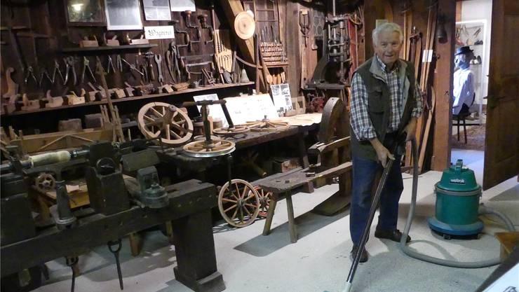 Mit dem Staubsauger unterwegs: Kurator Bruno Käppeli putzt noch selber, hier in der Wagnerei des Ortsmuseums. Eddy Schambron