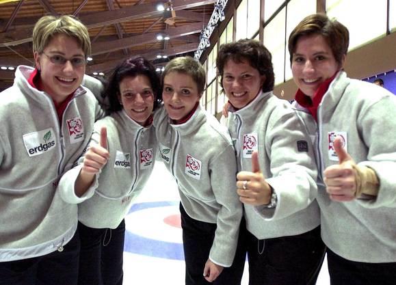 Skip Nadja Heuer, Carmen Kueng, Sybil Bachofen, Yvonne Schlunegger und Vera Heuer, jubeln nach dem Gewinn der Bronzemedaille an der Curling EM im Jahr 2000.