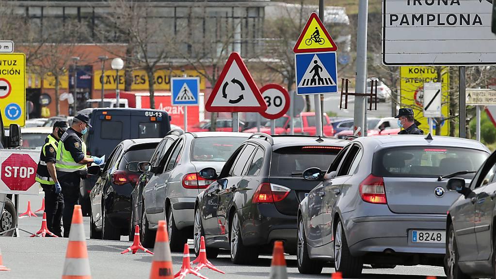Spanische Polizeibeamte führen derzeit an der Französisch-Spanischen Grenze Kontrollen durch. Wegen Corona werden für den Übertritt PCR-Tests verlangt. Ein Mann mit einer Leiche auf dem Beifahrersitz drehte vor der Kontrolle um. (Archivbild)