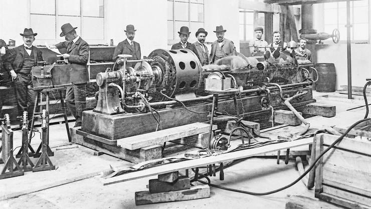 Die erste Dampfturbine der BBC, 1901, mit (von links) den Brüdern Eric, Charles und Sidney Brown, Walter Boveri, Konstrukteur Albert Aichele, Finanzchef Fritz Funk sowie drei Monteuren.