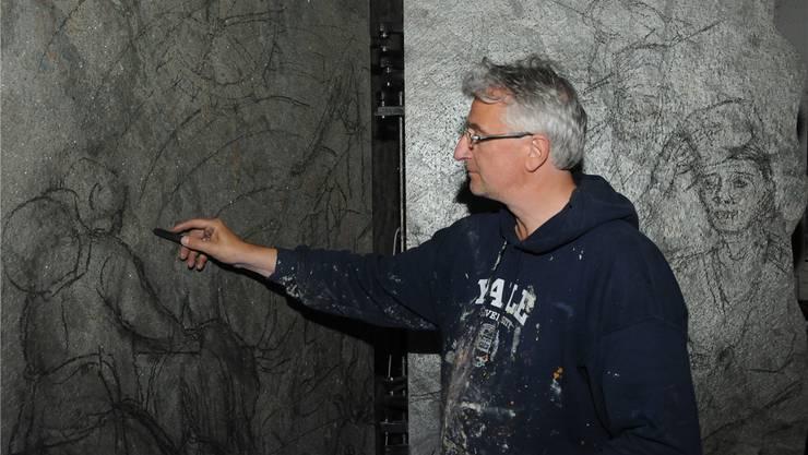 Nach mehreren Bildstudien wagt sich Tullio Zanovello an die Skizzierung auf den Schieferplatten.