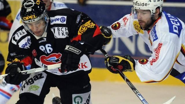 Der Fribourger Julien Sprunger setzt sich gegen den Berner Philipp Rytz durch
