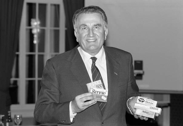Fritz Gerber, damals Verwaltungsratspräsident von Roche, präsentiert im  Jahr 1991 neue Medikamente des Pharmakonzerns.