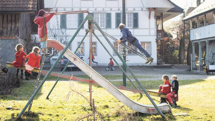 Den ganzen Tag schaukeln wäre hier ok: Lernstattschule von Petra Maarsen in Nennigkofen SO ist eine der alternativen Schulen in der Schweiz. 45 Schüler besuchen sie.