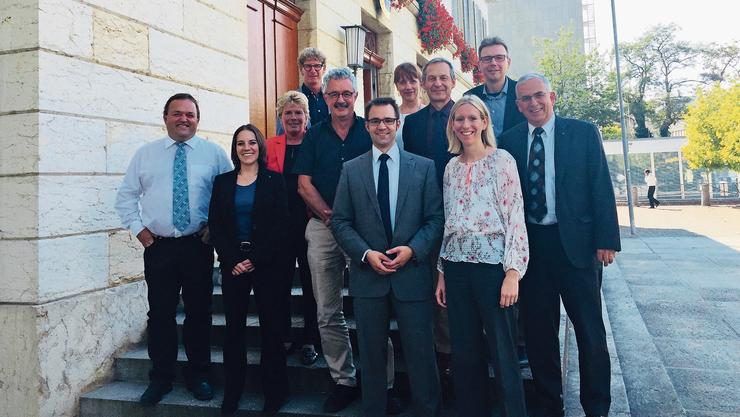 Die elf Grossratsmitglieder aus dem Bezirk Brugg präsentieren sich im September 2018 vor dem Grossratsgebäude in Aarau (v. l.): Martin Wernli (SVP), Tonja Kaufmann (SVP), Doris Iten (SVP), Jürg Baur (CVP), Robert Obrist (Grüne), Titus Meier (FDP), Martina Sigg (FDP), Martin Brügger (SP), Maya Meier (SVP), Dieter Egli (SP) und Roland Frauchiger (EVP).