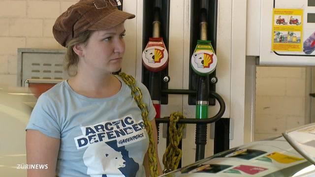 Greenpeace kettet sich an Tankstellen