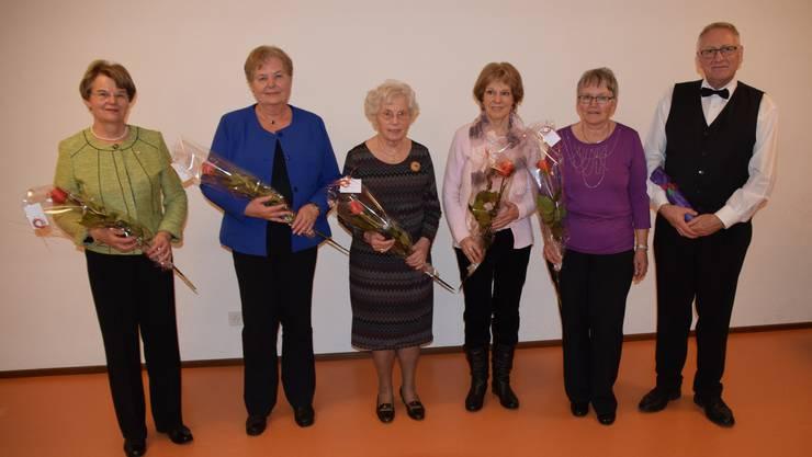 (v.l.n.r.) Herzliche Gratulation zu 50 Jahre Sängertätigkeit: Erika Burki, 35 Jahre Sängertätigkeit: Edith Ward, 30 Jahre Sängertätigkeit: Pia Burki, Vre Voss, Antoinette und Werner Werren.