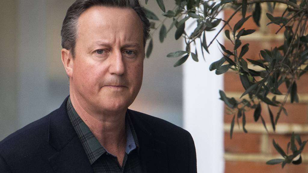 David Cameron, ehemaliger Premierminster von Großbritannien, verlässt sein Haus in London, bevor er vor dem Finanzausschuss des Unterhauses über Greensill Capital aussagt. Foto: Victoria Jones/PA Wire/dpa