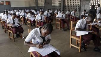 Studenten in Liberia bei der Aufnahmeprüfung (Archivbild)