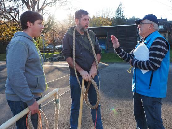 Ruedi Zobrist, rechts, kann auch Gregor und Adrian Brun aus Veltheim von seinem Wissen weitergeben.