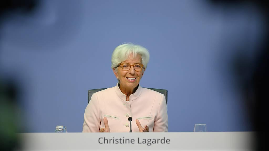 EZB-Präsidentin Christine Lagarde bleibt bereit, der Wirtschaft im Euroraum weiter unter die Arme zu greifen. (Archivbild)