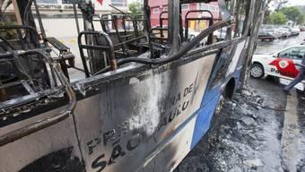Ein ausgebrannter Bus in Sao Paulo