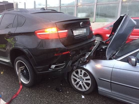 Im Morgenverkehr kam es auf der A1 zu einer Auffahrkollision zwischen sieben Autos. Zwei Beteiligte wurden leicht verletzt. Der Sachschaden beläuft sich auf 100'000 Franken.