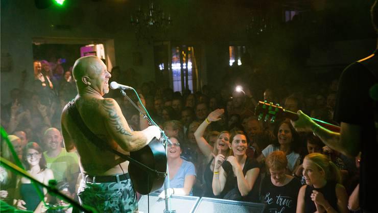 Gölä spielt einige seiner neuen Hits das erste Mal in Boswil im Chillout vor 460 glücklichen Fans. Dominic Kobelt
