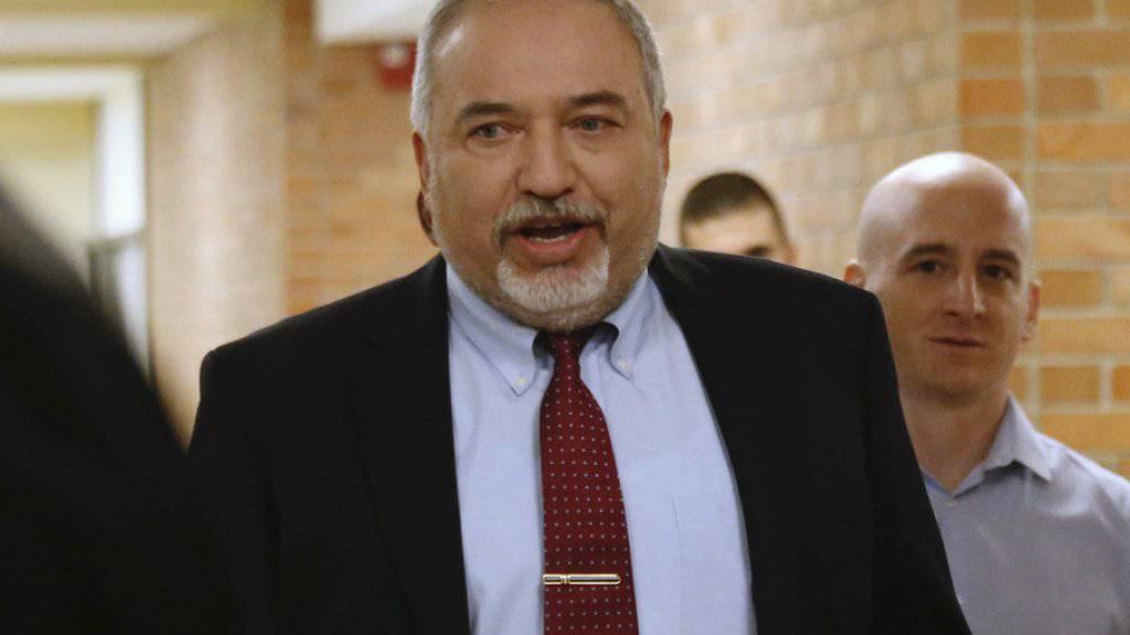 Avigdor Lieberman am Mittwoch in Jerusalem auf dem Weg zum Parlament. Er tritt zurück aus Protest gegen die mit militanten Palästinensergruppen im Gazastreifen vereinbarte Feuerpause.