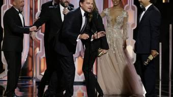 """Leonardo DiCaprio freut sich mit Kollegen über das gute Abschneiden des Streifens """"The Revenant"""" bei den 73. Golden Globes in Beverly Hills."""