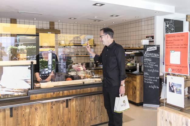 Bei der Bäckerei Wüst kann sogar durch die Plexiglasscheibe bezahlen: Der Regierungsrat findet das super.