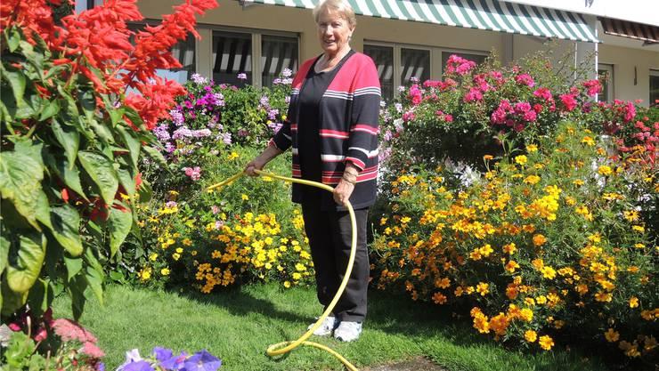 Elfriede Muntwyler zieht die meisten Pflanzen auf ihrem Balkon heran und setzt sie dann in den Garten.Sabina Galbiati