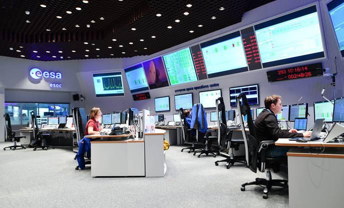 Mitarbeiter des ESA-Kontrollzentrums in Darmstadt hoffen auf eine geglückte Landung.
