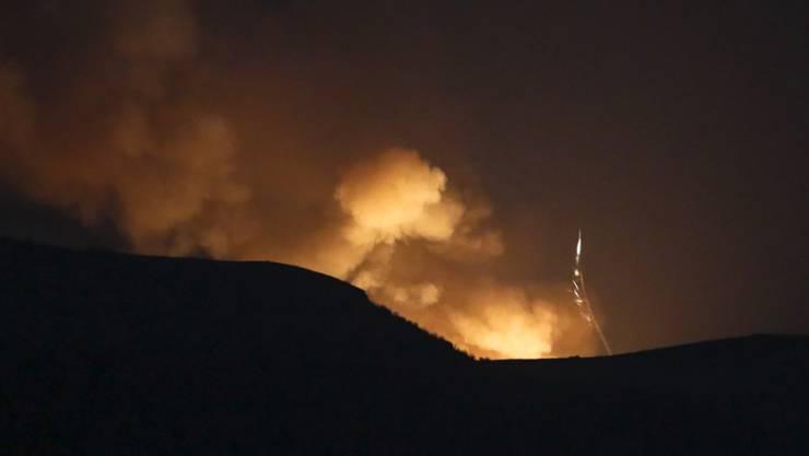 Explosionen sind hinter einem Bergkamm während eines militärischen Konflikts zu sehen. Die Kämpfe im Konflikt um die Südkaukasusregion Berg-Karabach gehen weiter. Foto: Uncredited/AP/dpa